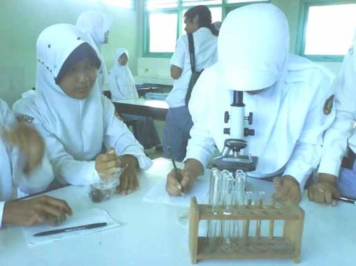 Suasana di Lab. Biologi